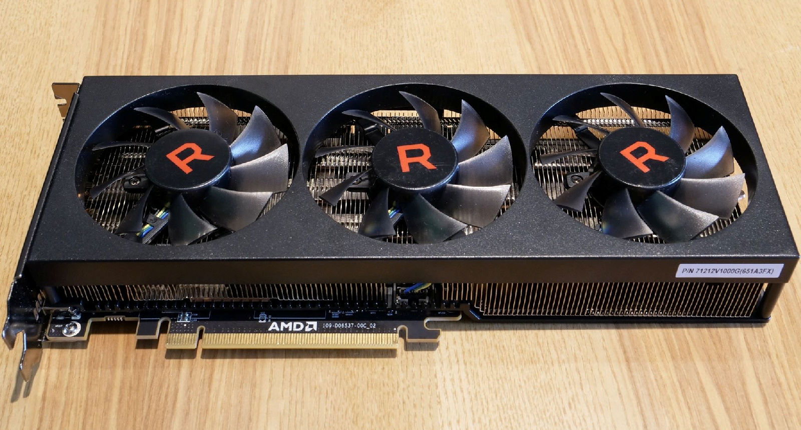 prototype radeon rx vega 56 pictured with three fans. Black Bedroom Furniture Sets. Home Design Ideas